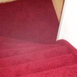 trap bekleden met rood tapijt